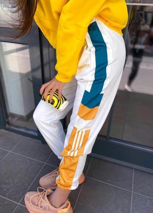 Спортивные женские демисезонные штаны с яркими полосками