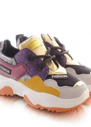 Женские кроссовки с разными цветами