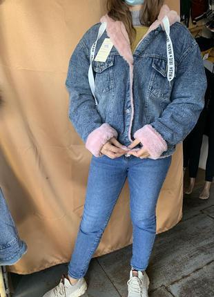 Женская джинсовая куртка с искусственным мехом и капюшоном