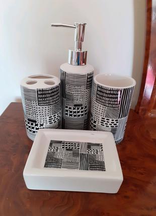 Набор аксессуаров для ванной комнаты.