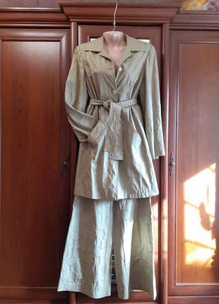 Кожаный плащ и широкие брюки клеш костюм