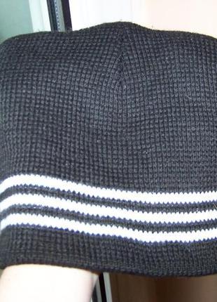 Черная с белыми полосами двойная вязаная шапка на подростка