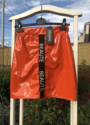 Сочная виниловая юбка ,лаковая  мини юбка с лампасами от booho...