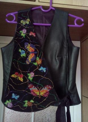 Эксклюзивная кожаная жилетка с вышивкой крестиком