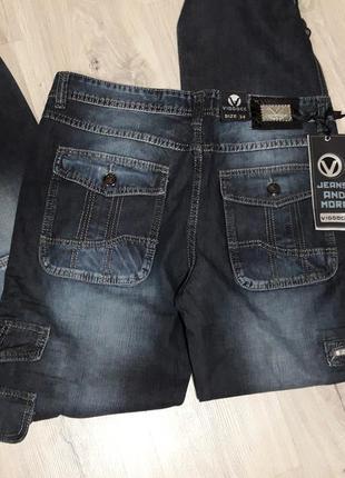 Базовые фирменные джинсы с накладными карманами и фиксатором в...