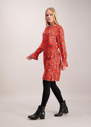 Вискозное платье с длинным рукавом.