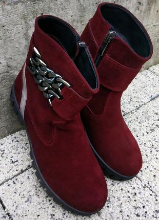 Замшеве бордове взуття.