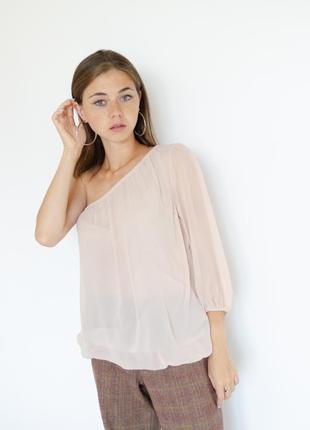 Акция amisu пудровая шифоновая блуза на одно плече, пастельная...
