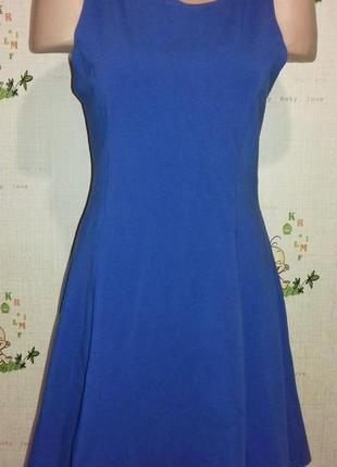 Короткое платье насыщенного синего цвета.