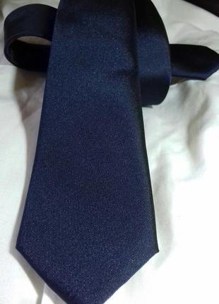 Темно синий галстук, узкий.