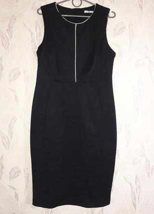 Черное платье футляр с белым, текстурное.