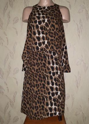 Актуальное леопардовое платье, закрытое декольте