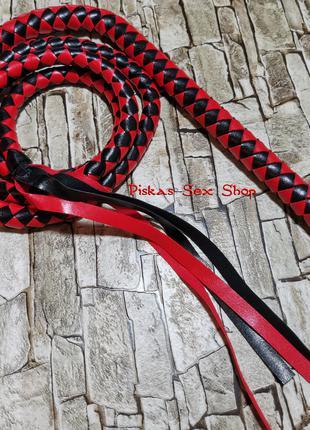 Длинный кнут для ценителей BDSM игр. Цвет - красный с черным.