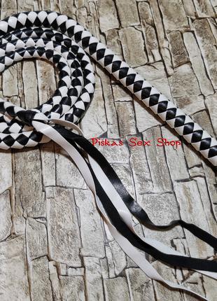 Длинный кнут для ценителей BDSM игр. Цвет - белый с черным.