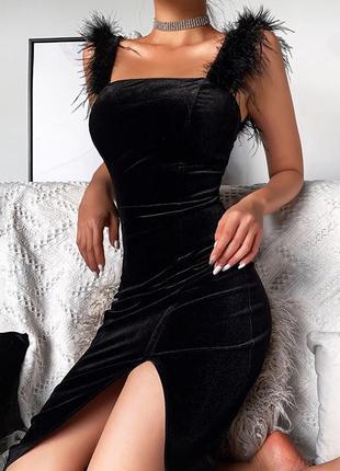 Нереальное платье из бархата с крупными перьями