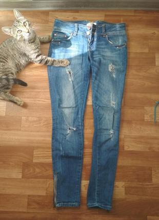 Джинсы в дырку (рваные джинсы)
