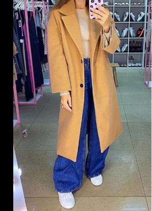 Бежевое шерстяное пальто оверсайз. прямое шерстяное пальто...