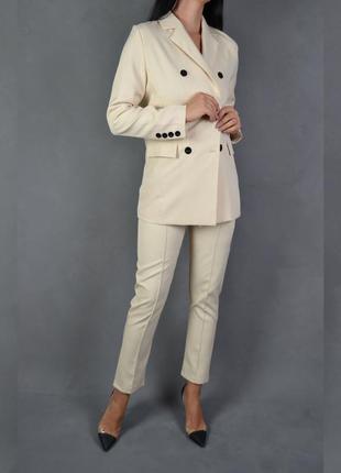 Костюм брючный бежевый удлиненный пиджак брюки классика