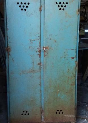 Шкаф металлический двустворчатый.