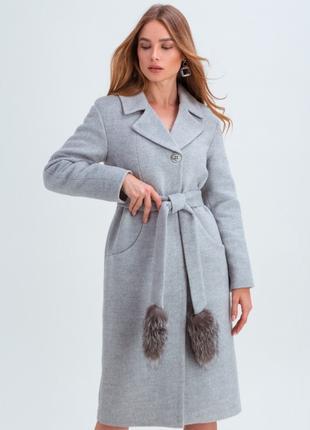 Утепленное зимнее пальто с кисточками из натурального меха