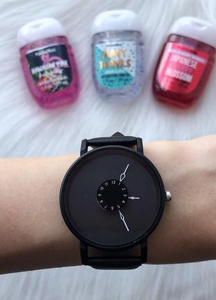 Чёрные часы с внутренним циферблатом