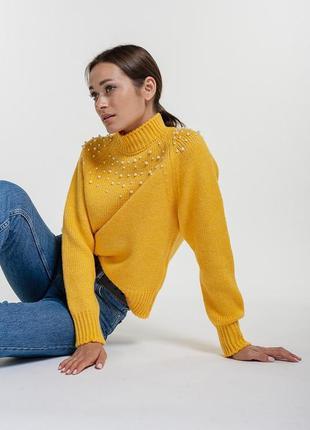 Женский вязаный свитер желтый с бусинками вверху