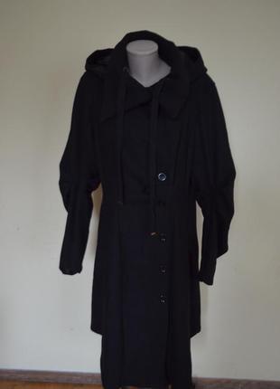 Шикарное экстравагантное пальто с капюшоном черное