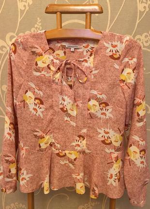 Очень красивая и стильная брендовая блузка в цветах.