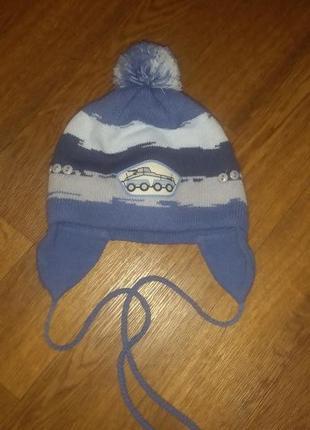 Теплая зимняя шапка на 2-4 года.
