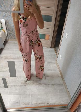 Нежный красивый комбинезон брюками