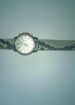 Часы женские с кожаным ремешоком