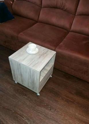 Мобильный кофейный столик с выдвижным ящиком и полкой.