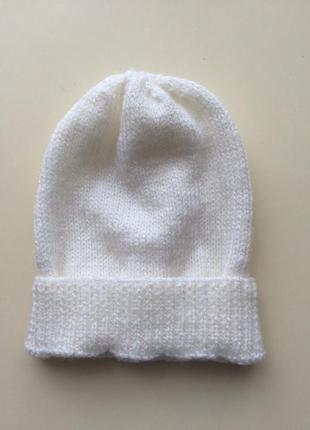 Белая демисезонная вязаная шапочка