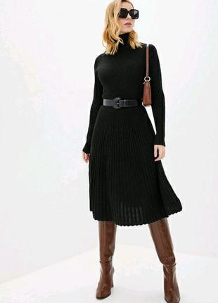 Вязаное платье с плиссированной юбкой плотной вязки