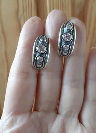 Серебряные серьги заокругленные с камнями от хартов