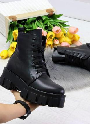 Чёрные зимние ботинки на толстой подошве