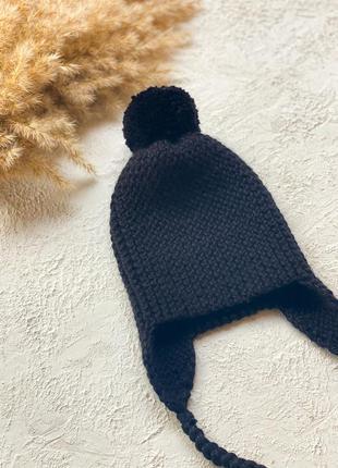 Чёрная шапка с бубоном и завязками из мериносовой шерсти