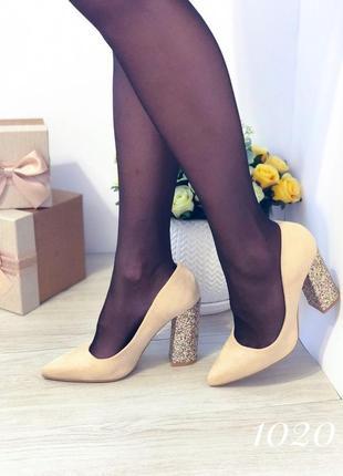 Бежевые женские туфли на блестящем каблуке