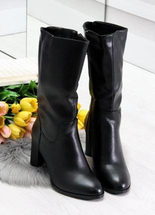 Чёрные зимние сапоги на среднем каблуке