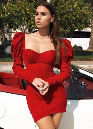 Нереальное платье с крупными воланами на плечах