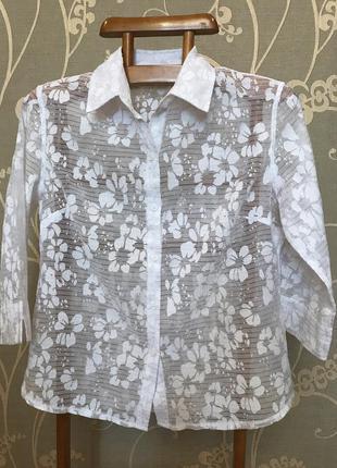 Очень красивая и стильная брендовая белая блузка в цветах.