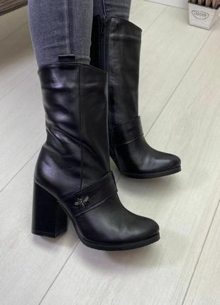 Сапоги на каблуке черные