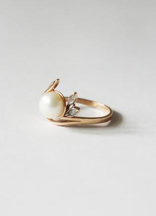 Кольцо золотое с жемчугом и фианитами