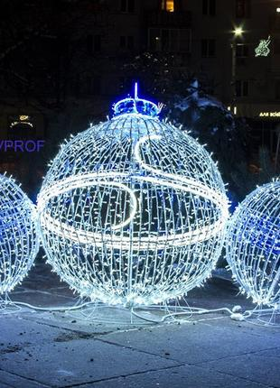 Фигура в виде шара из проволоки с гирляндой LED