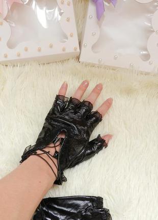 Перчатки без пальцев лак на шнуровке