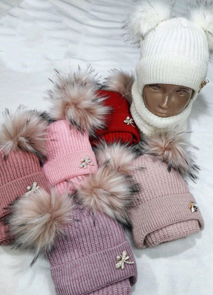 Детская шапка на девочку с 2-мя бубонами.