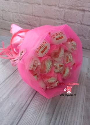 Розовый букет из конфет Рафаэлло