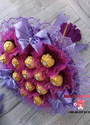 Фиолетовый букет из конфет Ferrero Rocher.