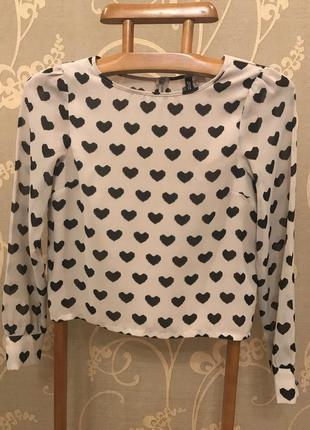 Очень красивая и стильная брендовая блузка в сердечках.