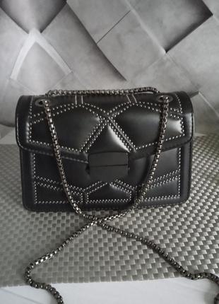 Маленькая женская сумка в заклепках черная